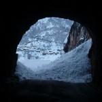 túnel de acceso al pueblo por carretera,  nevado