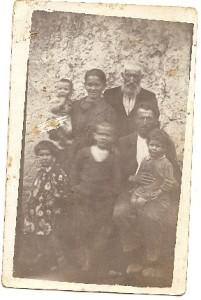 tio isidoro, bernardo cuesta con su mujer  mª juana y los 4 hijos; laura, mariano, , maximo y el bebé es rafael.